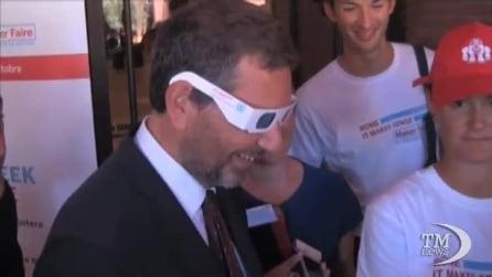 Il sindaco Marino si mostra con barba finta e occhiali 3D