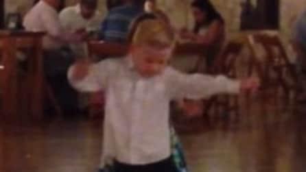 Il ballo è una cosa seria: bimbo conquista la pista al matrimonio