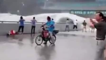 Cina, l'enorme onda del fiume Qiantang travolge gli spettatori