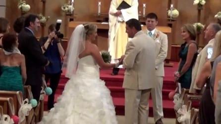 Canta mentre accompagna la figlia all'altare, il papà emoziona tutti in chiesa