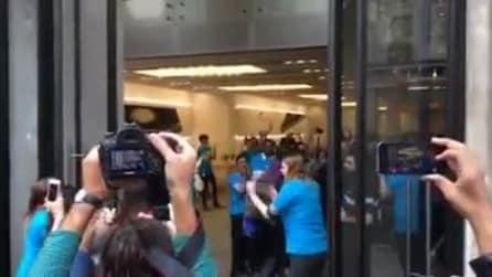 Da oggi si può comprare il nuovo iPhone 6, a Londra i primi fortunati entrano nell'Apple Store
