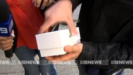 Australia, è il primo a comprare il nuovo iPhone 6 ma apre la scatola e gli cade a terra