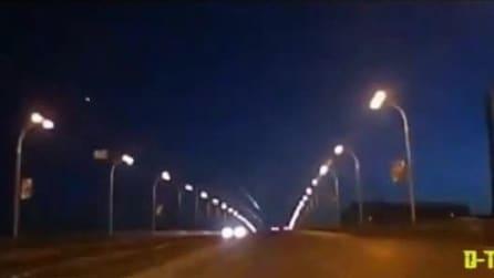 Una luce attraversa i cieli della Russia: meteora o detrito spaziale?