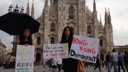 Milano, studentesse davanti al duomo manifestano in solidarietà di #occupaycentral
