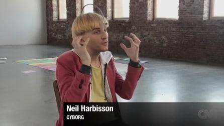 L'idea di Neil Harbisson: il dispositivo per daltonici che riconosce i colori attraverso l'udito