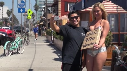 Selfie per il senzatetto, modella in bikini attira i passanti per le offerte