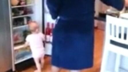Le gemelline attratte dal frigo: impossibile per il papà fare colazione