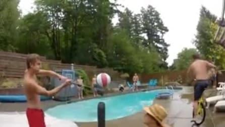 Acrobazie e passaggi al volo in piscina: alla fine la spettacolare schiacciata
