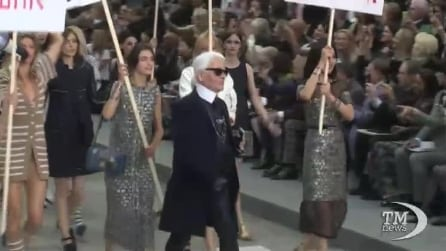 """Be Different"", la sfilata di Chanel a Parigi si trasforma in corteo femminista"