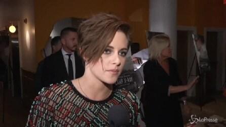 Kristen Stewart sfoggia nuovo taglio sbarazzino a premiere di 'Camp X-Ray'