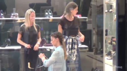 Belen fa shopping in via Monte Napoleone insieme alla sorella
