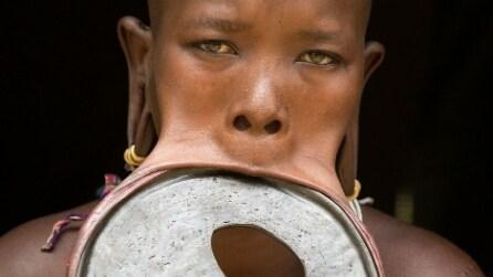 Filmmaker australiano incontra la donna con il disco al labbro più grande al mondo