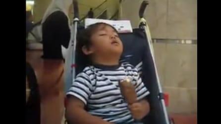 Adorabile bimbo si addormenta mentre mangia il gelato