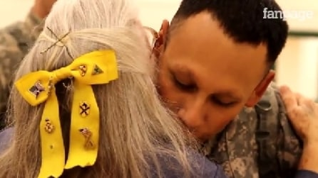 Elizabeth, la donna che abbraccia ogni soldato di ritorno da una missione