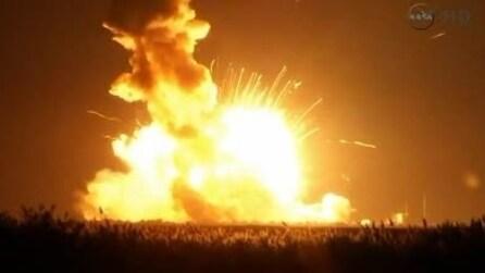 Gigantesca esplosione dopo il lancio di un missile della NASA