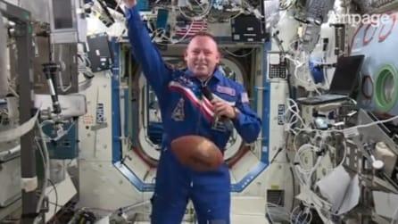 """L'astronauta """"gioca"""" a football nello spazio"""
