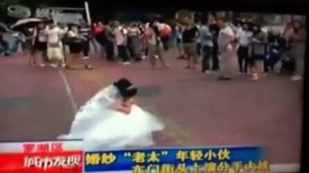 Vuole una prova d'amore e si mostra al futuro marito come sarà a 70 anni, lui la lascia