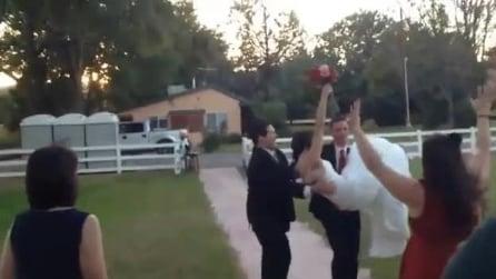 Prende in braccio la sposa ma inciampa, l'ingresso indimenticabile in sala