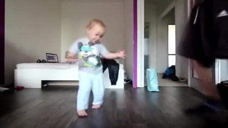 Ballando la breakdance con papà: il piccolo si diverte un mondo