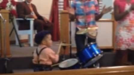 Suona la batteria coinvolgendo tutti, che talento!