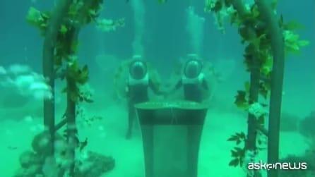Coppia di spagnoli dice sì sott'acqua nella laguna turchese di Bora Bora