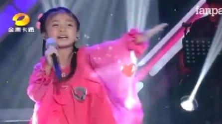 """Bimba cinese di 5 anni canta """"You Raise Me Up"""" e incanta il pubblico"""