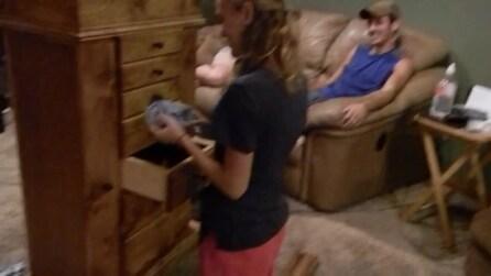 Per chiederle di sposarlo le regala un mobile pieno di cassetti, l'originale proposta