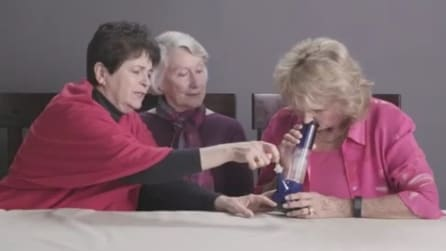 Fumano per la prima volta: l'effetto della cannabis su tre nonne