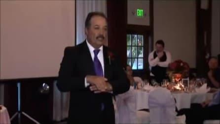 Il commovente video di un papà: canta al matrimonio della figlia usando il linguaggio dei segni