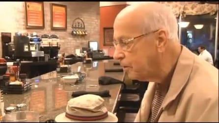 Anziano fa colazione con la foto della moglie morta: tiene in vita così la loro storia d'amore