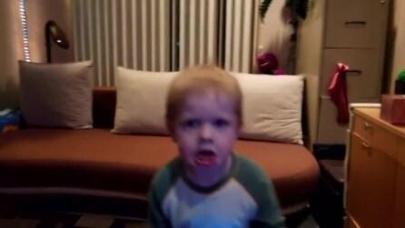 Le faccette arrabbiate del bimbo di 3 anni mentre balla