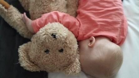 Mamma sperimenta quattro modi per allontanarsi dal figlio appena addormentato