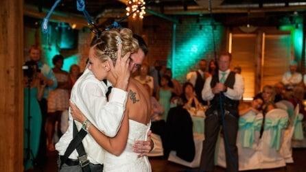 Costretto alla sedie a rotelle, sorprende la moglie ballando con lei un lento