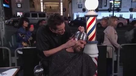 Jim Carrey parrucchiere pazzo, taglia i capelli ai passanti