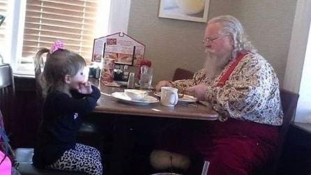 """""""Non stare da solo, ti tengo compagnia io"""", il tenero incontro tra una bimba e Babbo Natale"""