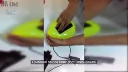 Usa un palloncino per creare la cover del suo smartphone