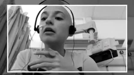 Il commuovente video di Emmie, la ragazza che canta per combattere il cancro