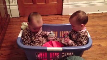 La divertente conversazione tra due gemelline, riuscite a comprendere cosa si dicono?