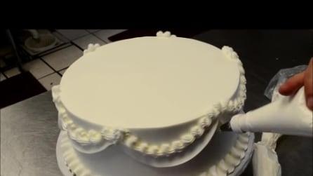 La tecnica per decorare una torta nuziale