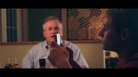 I figli usano i cellulari a cena, il padre gli fa passare la voglia di farlo così