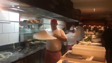 È lui il pizzaiolo più spettacolare che ci sia