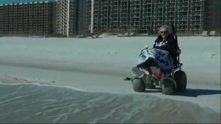 A pochi giorni dal compiere 101 anni, nonnina vede per la prima volta l'oceano