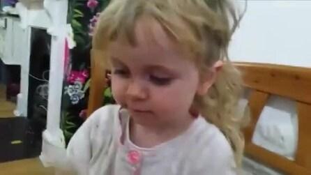Bimba di due anni si taglia la frangia e confessa tutto al papà