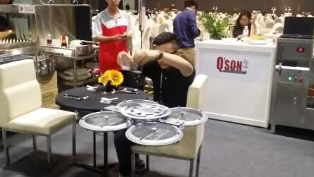 Il robot volante che porta le ordinazioni ai tavoli del ristorante