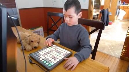 Questo bambino dimostra il suo talento: un futuro da dj?