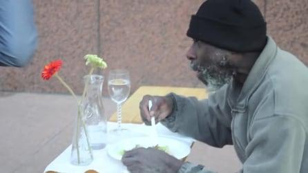 Diventano camerieri per un senzatetto: gli regalano un pasto da re