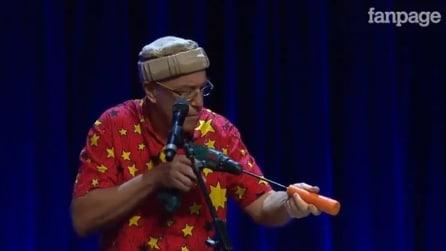 Trasforma una carota in un flauto e la suona divinamente