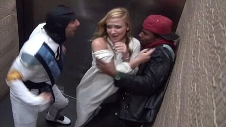 Personaggio di Mortal Kombat terrorizza le persone in ascensore, ecco le reazioni delle vittime