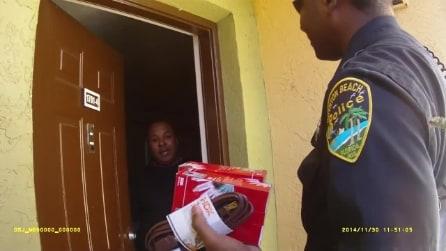 """Poliziotti """"regalano il Natale"""" ad una famiglia americana"""