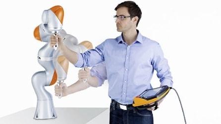 Un robot intelligente e sensibile che impara dall'uomo e lo copia